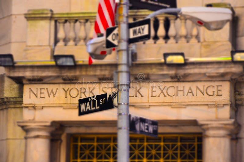 Beroemd Wall Street met New York Stock Exchange-de bouw royalty-vrije stock afbeelding