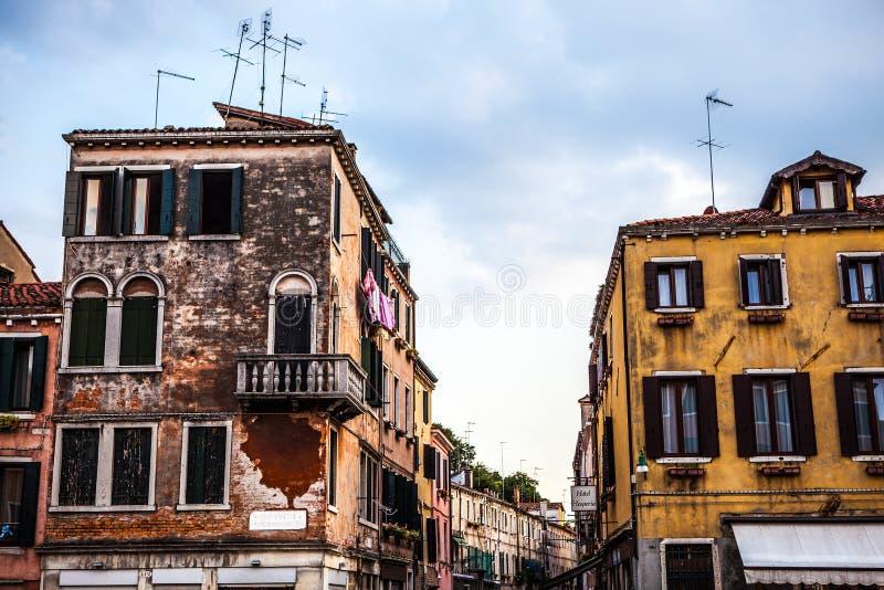 Beroemde architecturale monumenten en kleurrijke voorgevels van oud middeleeuws gebouwenclose-up n Venetië, Italië royalty-vrije stock afbeelding