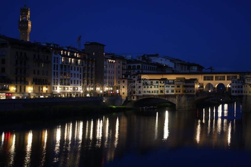 Beroemde brug Ponte Vecchio met bezinning in rivier Arno bij nacht in Florence, Italië stock fotografie