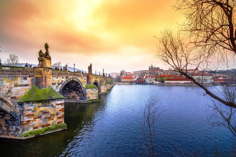 Beroemde Charles Bridge en toren, Praag, Tsjechische Republiek royalty-vrije stock fotografie