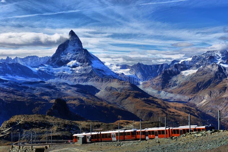 Beroemde elektrische rode toeristentrein die neer in Zermatt komen royalty-vrije stock fotografie