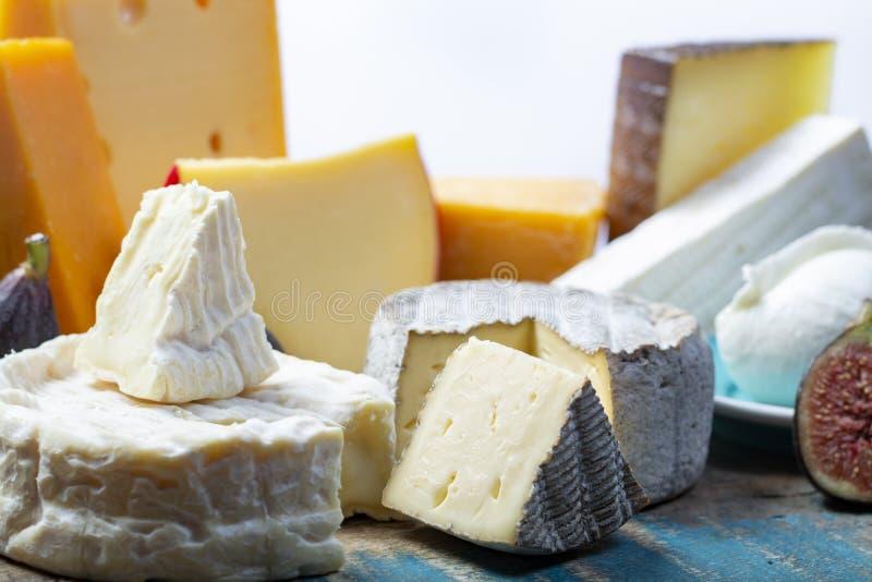 Beroemde Europese kazen in assortiment, Nederlands rood baledam en oude kazen met gaten, Spaanse Manchego-kaas, Franse zachte Bri stock afbeelding