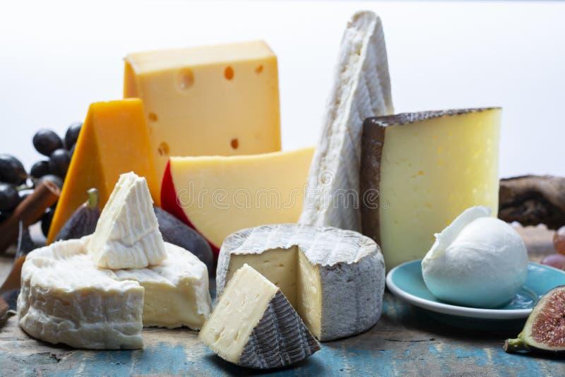 Beroemde Europese kazen in assortiment, Nederlands rood baledam en oude kazen met gaten, Spaanse Manchego-kaas, Franse zachte Bri stock fotografie
