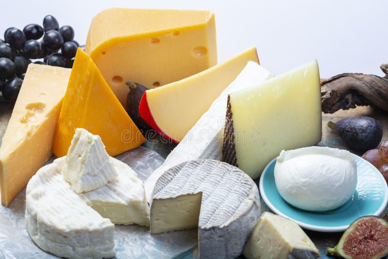 Beroemde Europese kazen in assortiment, Nederlands rood baledam en oude kazen met gaten, Spaanse Manchego-kaas, Franse zachte Bri royalty-vrije stock foto's
