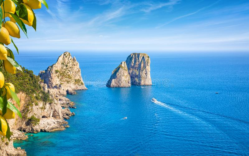 Beroemde Faraglioni-rotsen, Capri-eiland, Itali? stock afbeeldingen