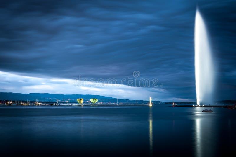 Download Beroemde Fontein In Genève. Stock Afbeelding - Afbeelding bestaande uit bezinning, straal: 29503233