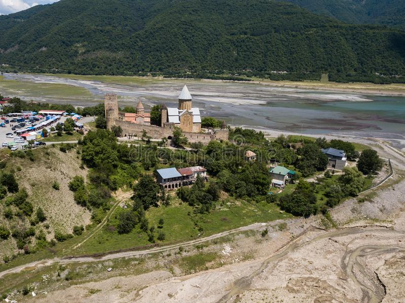Beroemde Georgi?r die - Satellietbeeld aan Ananuri-complex kasteel bezienswaardigheden bezoeken royalty-vrije stock foto
