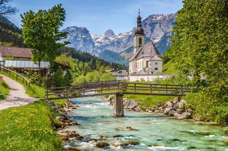 Beroemde kerk in het idyllische bergdorp Ramsau, Beieren, Duitsland royalty-vrije stock afbeelding