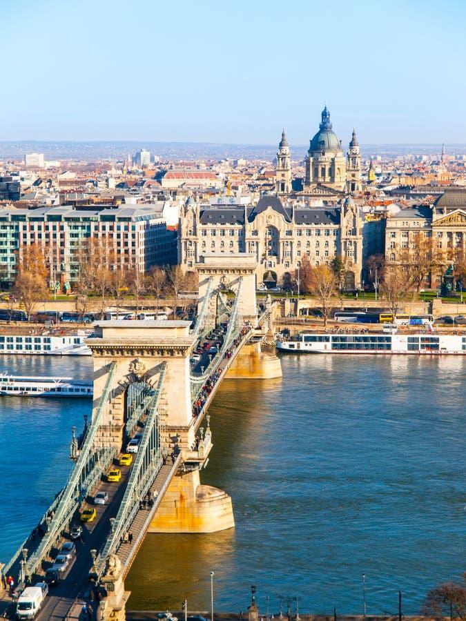 Beroemde Kettingsbrug over de Rivier van Donau, Gresham-Paleis en de Basiliek van Heilige Stephen ` s in Boedapest, Hongarije royalty-vrije stock foto's