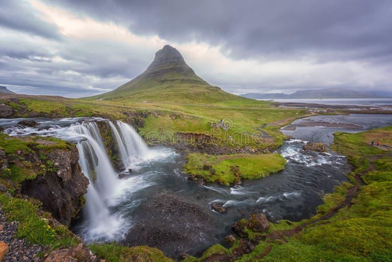 Beroemde Kirkjufellsfoss-waterval met Kirkjufell-berg, panoramisch landschap, Snaefellsnes-schiereiland, IJsland stock foto's