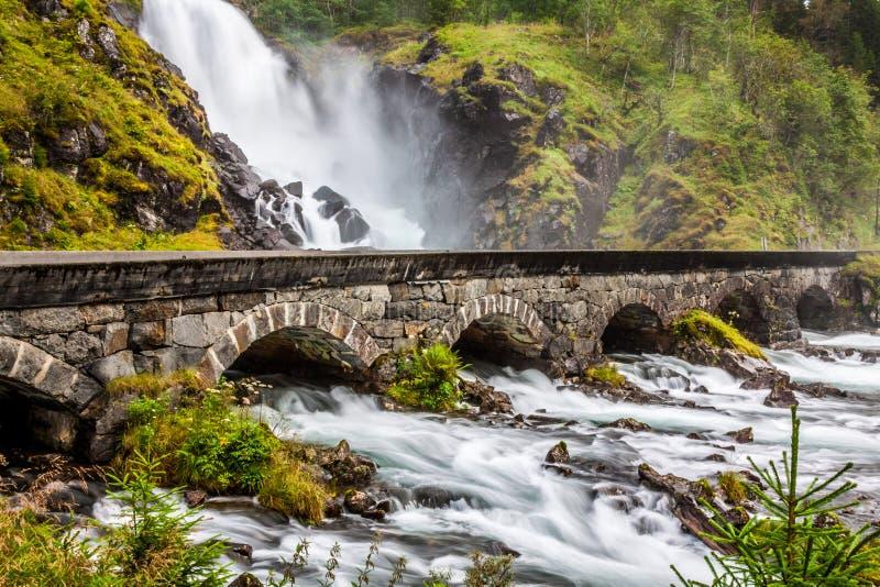 Beroemde Laatefossen in Odda, één van de grootste watervallen binnen stock fotografie