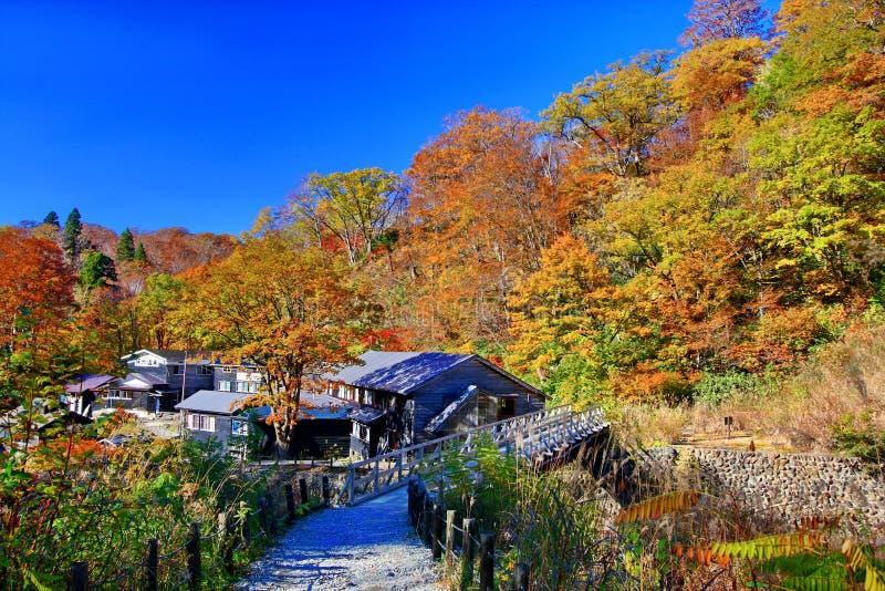 Beroemde Magoroku Onsen ryokan tijdens de herfst in Akita Nyuto Onsenkyo royalty-vrije stock afbeelding