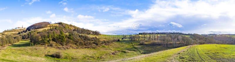 Beroemde middeleeuwse Leuchtenburg dichtbij Kahla onder blauwe hemel met land stock fotografie