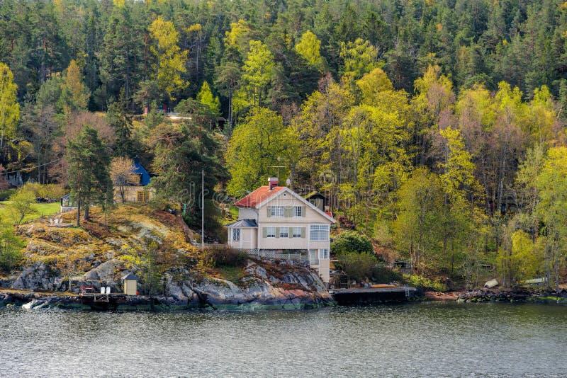 Beroemde Noors-Beïnvloede witte die Art Nouveau-villa Folkvang door en voor de architect Folke Zetterwall in Hasseludden wordt on royalty-vrije stock foto's