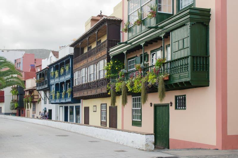 Beroemde oude kleurrijke balkons die met bloemen in Sant worden verfraaid royalty-vrije stock afbeeldingen