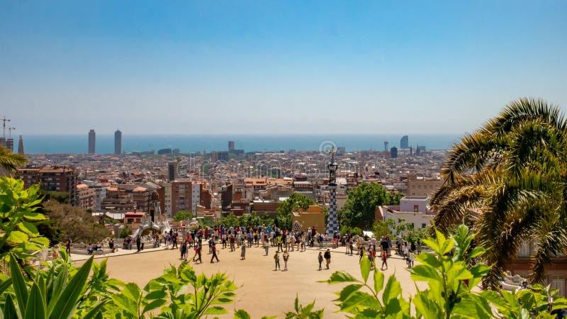 Beroemde plaats in Guell-Park met toerist en cityscape van Barcelona, Spanje stock foto's
