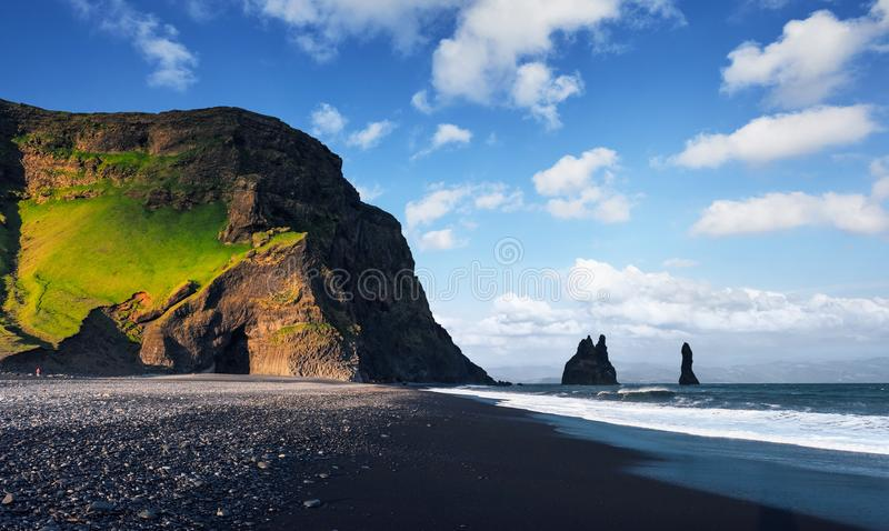 Beroemde Reynisdrangar-rotsvormingen bij zwart Reynisfjara-Strand Kust van de Atlantische Oceaan dichtbij Vik, zuidelijk IJsland stock afbeeldingen
