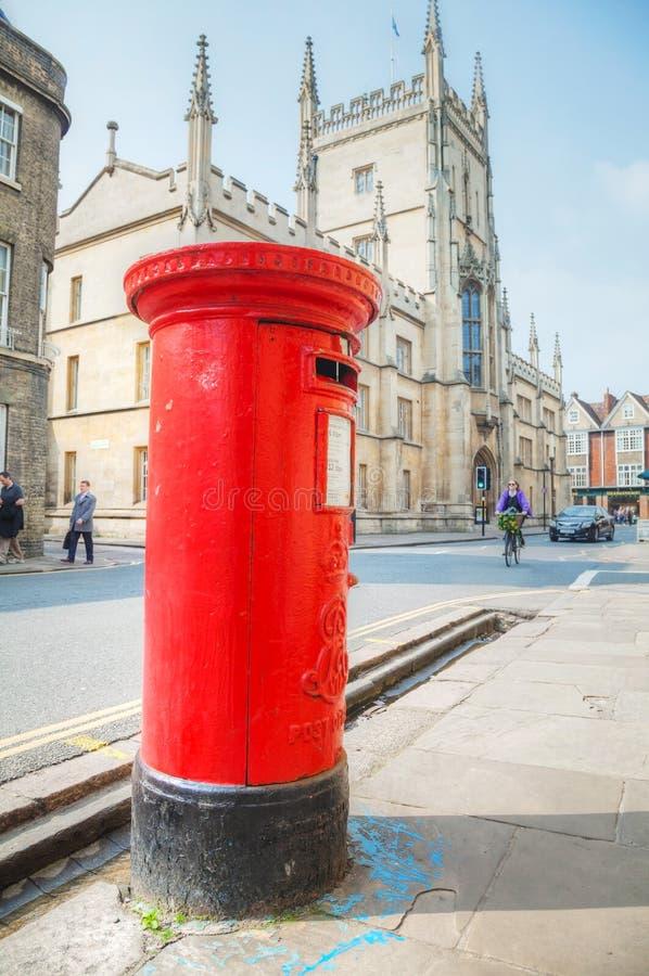 Beroemde rode postbus op een straat in Cambridge, het UK stock foto's
