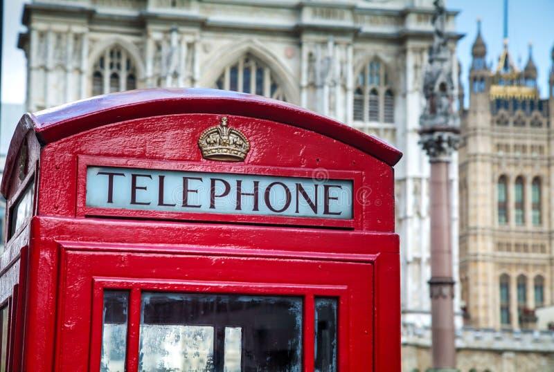 Beroemde rode telefooncel in Londen stock afbeelding