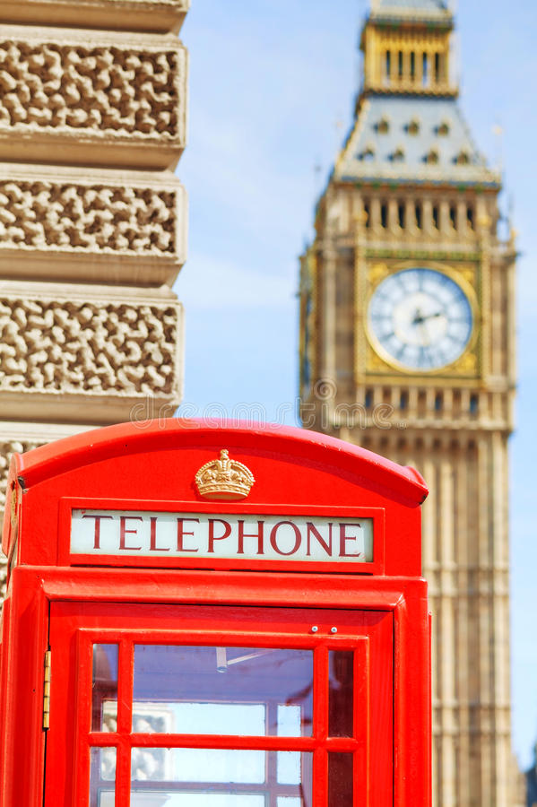 Beroemde rode telefooncel in Londen stock foto