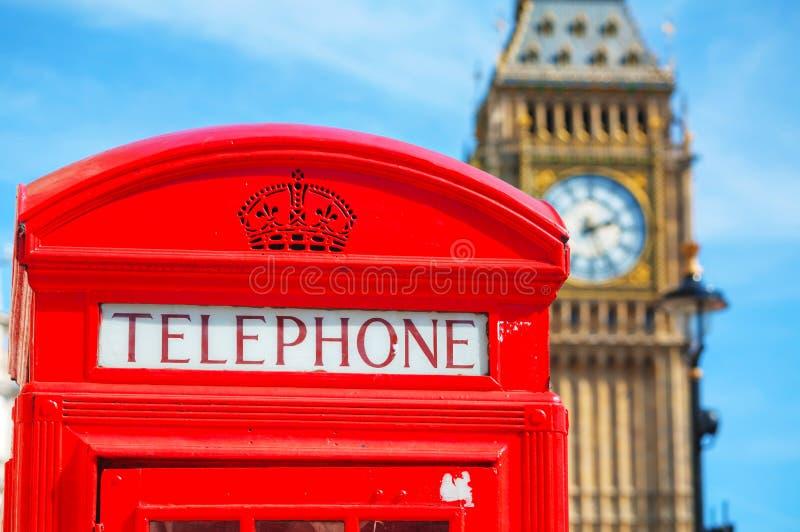 Beroemde rode telefooncel in Londen stock afbeeldingen