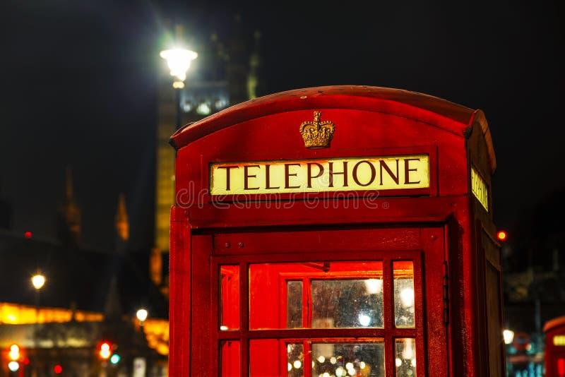 Beroemde rode telefooncel in Londen stock fotografie