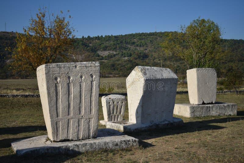 Beroemde stecci in het middeleeuwse necropool van Radimlja stock fotografie