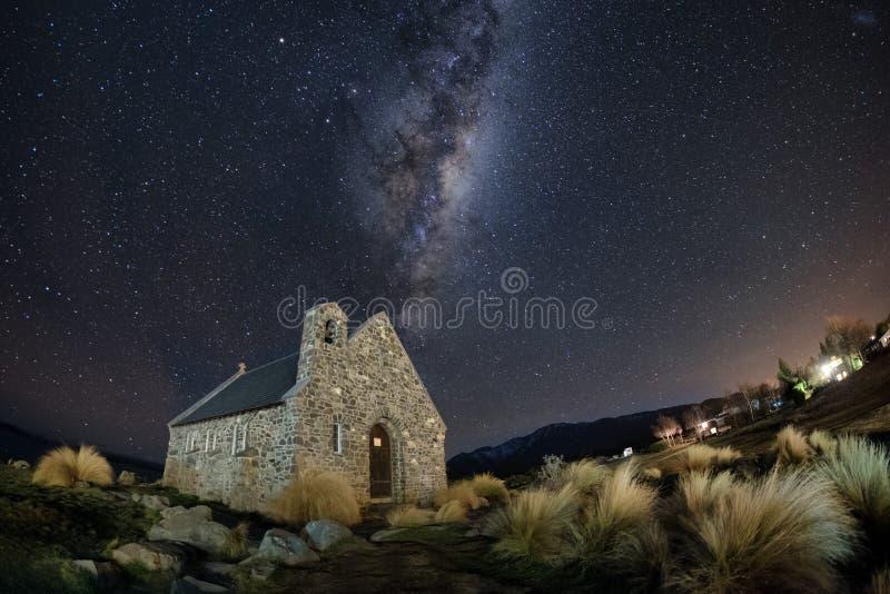 Beroemde toeristische attractie van Kerk bij Meer Tekapo met melkachtige maniermelkweg, Nieuw Zeeland bij nacht stock afbeelding