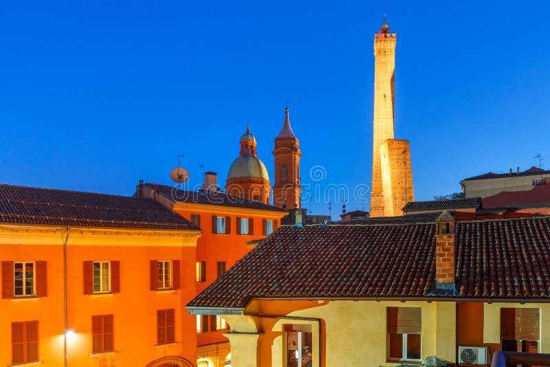 Beroemde Twee Torens van Bologna bij nacht, Italië stock fotografie