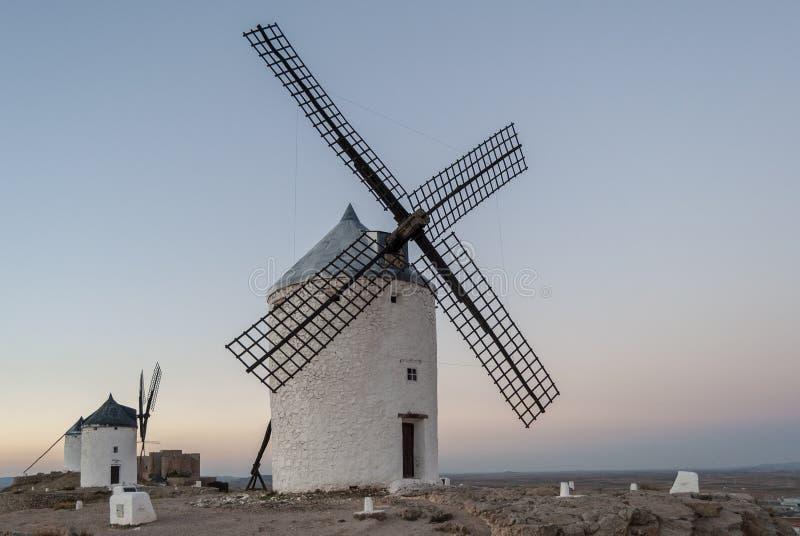 Beroemde windmolens in Consuegra bij zonsondergang, provincie van Toledo, Cas stock afbeeldingen