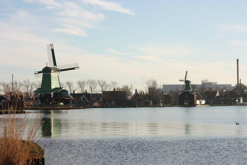 Beroemde Zaanse tast molens in Zaandam, op de Zaan-rivier af de beroemde aantrekkelijkheid van Holland, windmolens royalty-vrije stock afbeeldingen