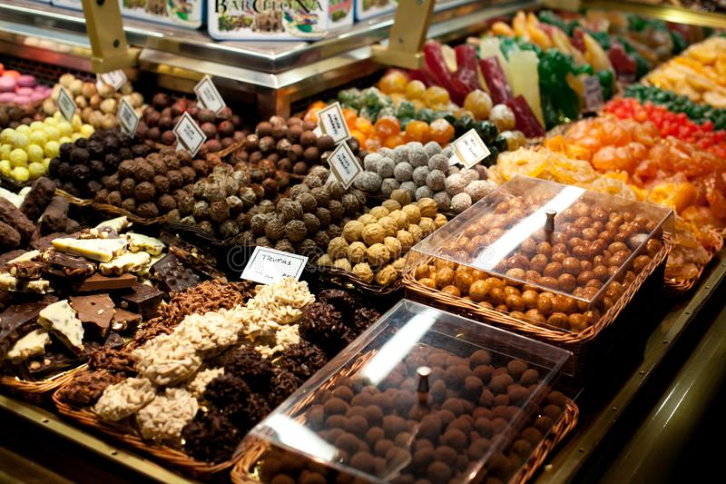 Beroemde zoete suikergoedmarkt Banketbakkerij op Boqueria-marktplaats in Barcelona, Spanje De geassorteerde winkel van het chocol stock afbeelding