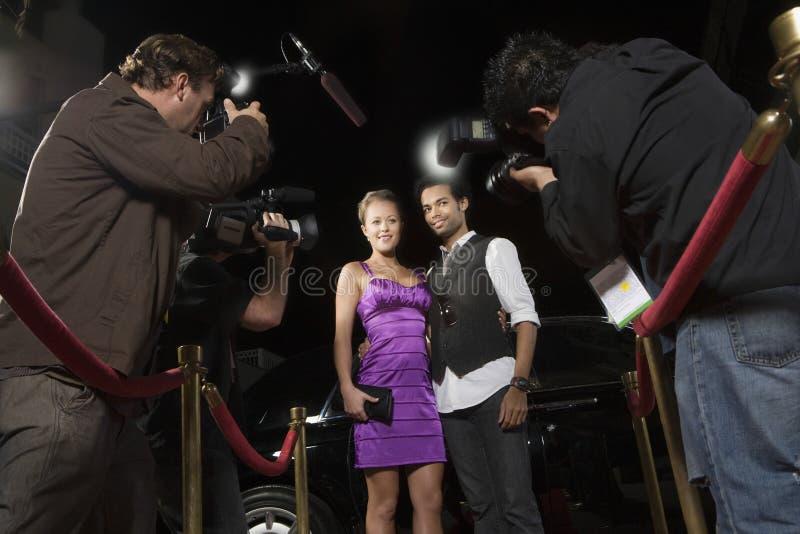 Beroemdheidspaar die worden gefotografeerd stock afbeelding