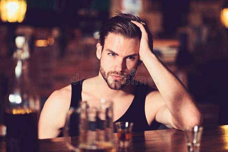 Beroende eller böjelse Alkoholiserad man som dricker på stångräknaren dricka för alkohol Stark alkoholdryck för mandrink arkivfoto