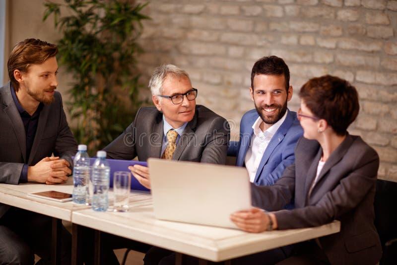 Beroeps bedrijfsmensen die op vergadering spreken stock afbeelding
