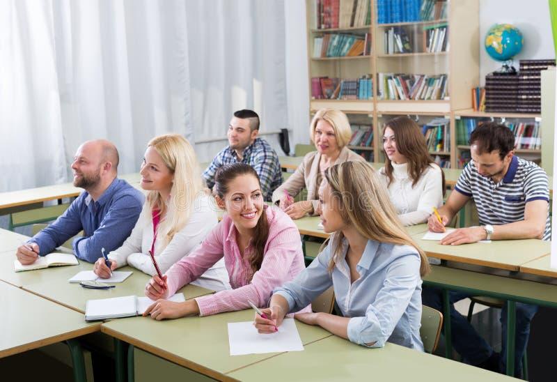 Beroeps die nota's nemen bij opleidingssessie royalty-vrije stock afbeelding