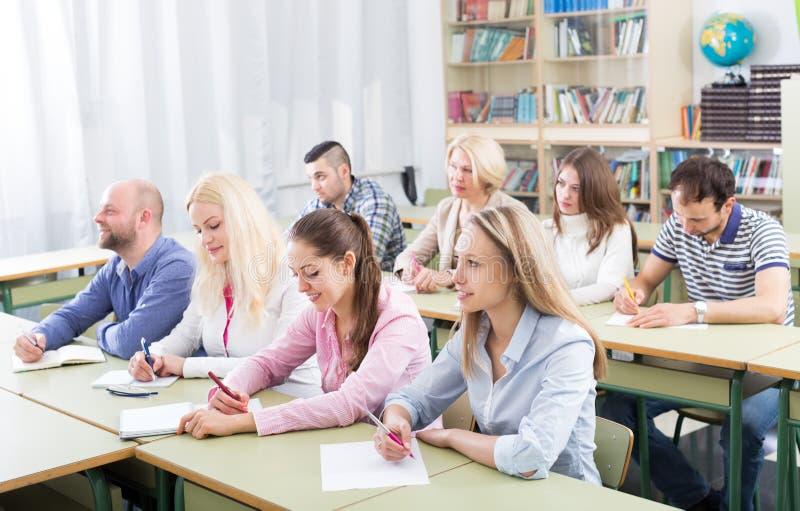 Beroeps die nota's nemen bij opleidingssessie stock foto