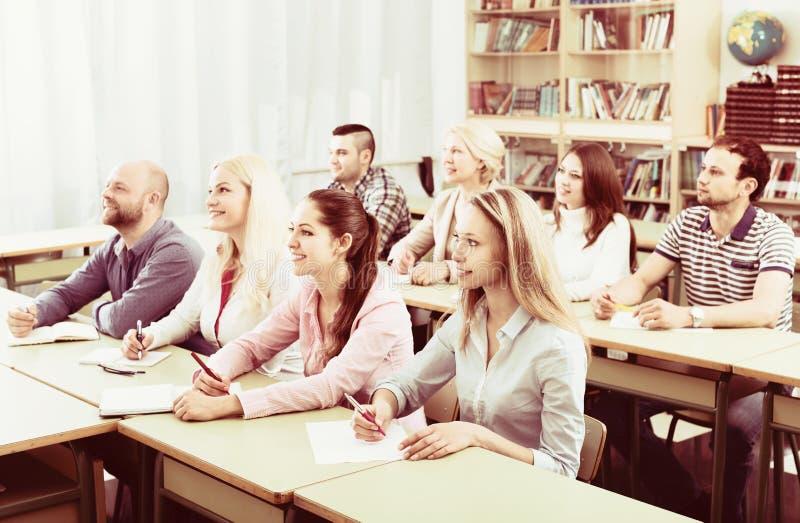 Beroeps die nota's nemen bij opleidingssessie stock afbeeldingen
