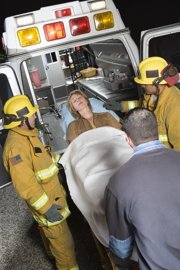 Beroeps die Patiënt op Brancard in Ziekenwagen vervoeren royalty-vrije stock foto