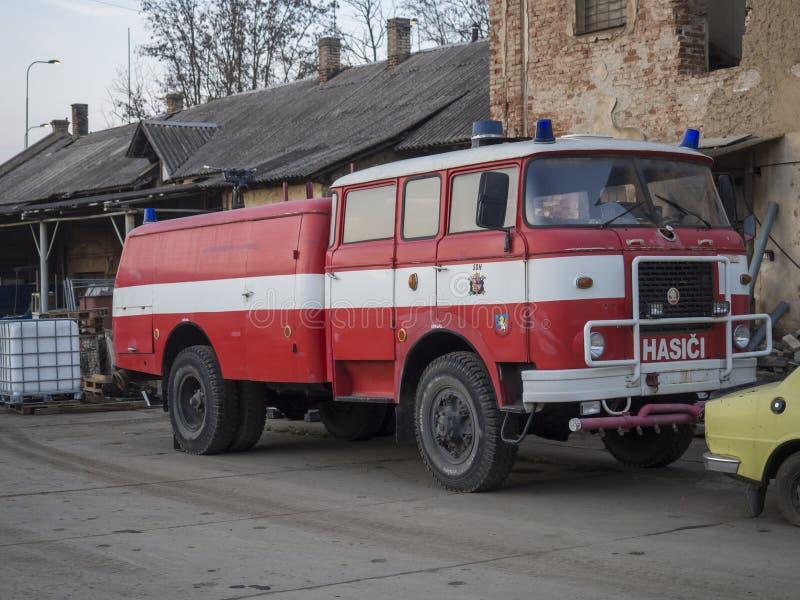 Beroun, чехия, 23-ье марта 2019: красное положение ветерана тележки пожарных на дворе винзавода Beroun вызвало стоковая фотография