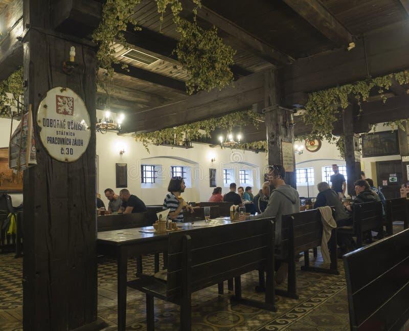 Beroun, Rep?blica Checa, o 23 de mar?o de 2019: O interior do bar tradicional r?stico velho da cervejaria chamou Berounsky medved fotos de stock