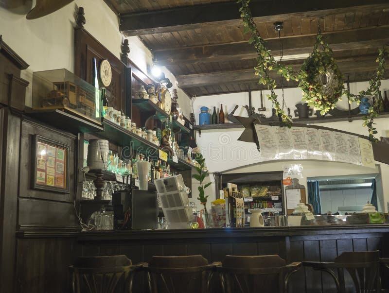 Beroun, Rep?blica Checa, o 23 de mar?o de 2019: O interior do bar tradicional r?stico velho da cervejaria chamou Berounsky medved imagens de stock royalty free