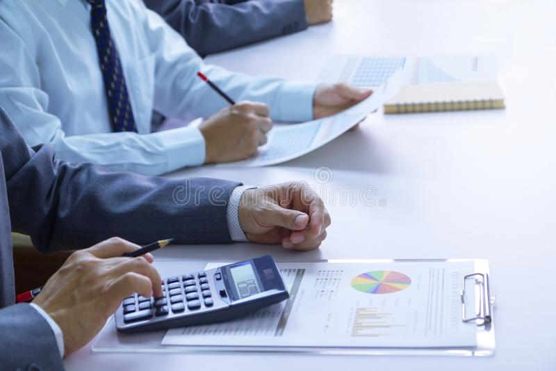 ?berpr?fung Finanzberichte beim Zur?ckbringen auf Aufgliederung und Bewertung des Portefeuilles stockfotografie