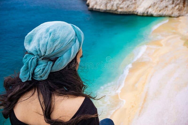 ?berraschender Strand und K?stenlinie von Kaputas, Antalya, die T?rkei Das M?dchen, welches die K?ste von Kaputa? aufpasst Feiert lizenzfreies stockfoto