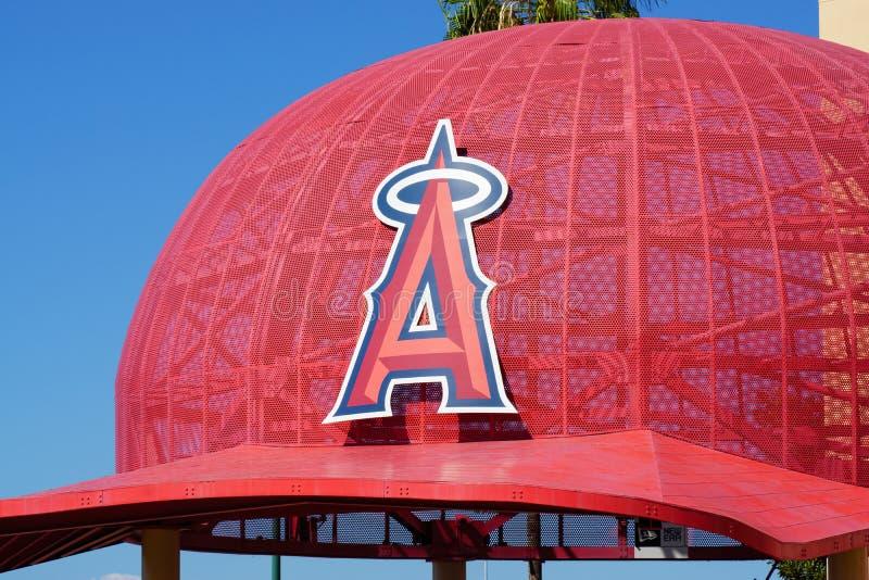 Berretto da baseball surdimensionato iconico all'Angel Stadium of Anaheim Entran fotografie stock libere da diritti