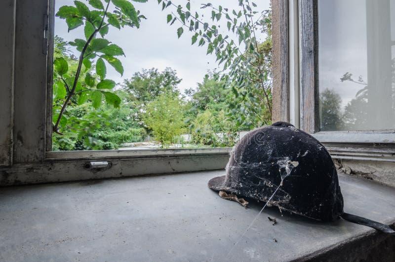 berretto da cavallerizzo sulla finestra fotografia stock libera da diritti