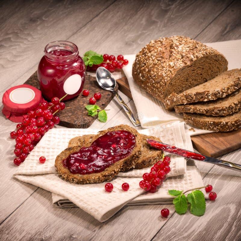 Berry Currant, doce do corinto, pão, folhas de hortelã imagens de stock