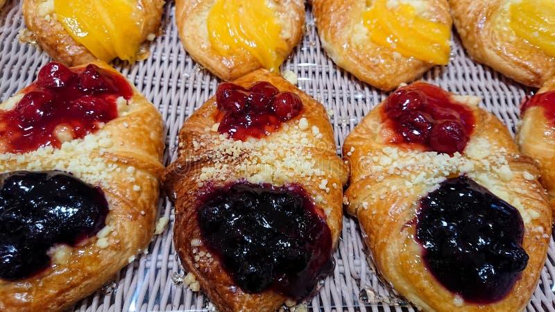 Berry Danish Sold misturado nas padarias imagens de stock
