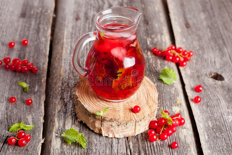 Berry Hibiscus Iced Tea régénérateur froid avec la menthe photographie stock libre de droits