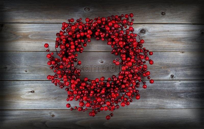 Berry Holiday Wreath vermelho na madeira fotografia de stock